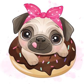 Lindo pug pequeño sentado dentro de donut