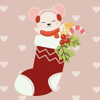 Lindo ratón sentado en un calcetín rojo de navidad