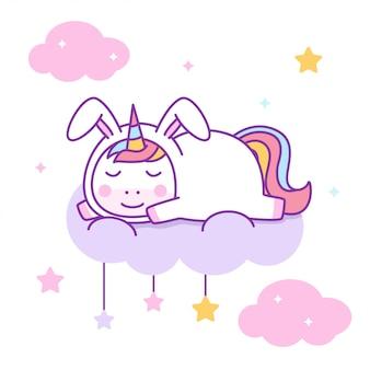 Lindo unicornio con disfraz de conejo