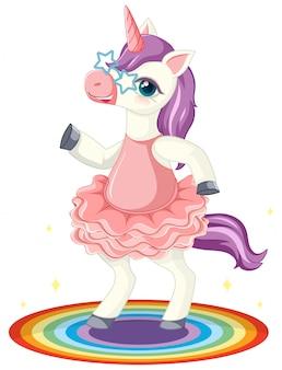 Lindo unicornio morado con gafas de estrella en pie en posición de rianbow sobre fondo blanco