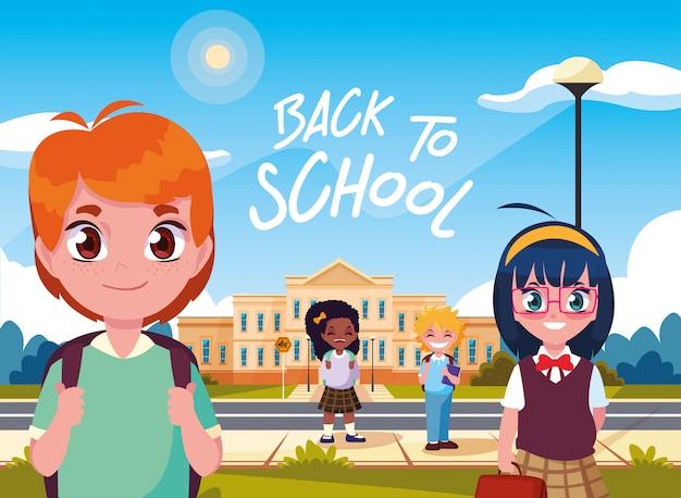 Lindos alumnos pequeños frente a la escuela de fachada