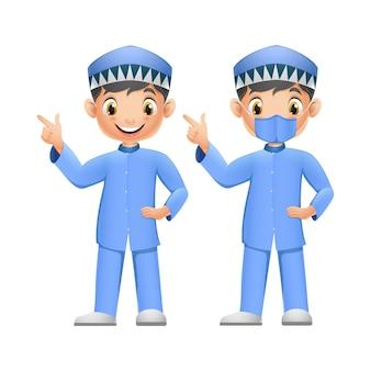 Lindos dos chicos musulmanes apuntando con su dedo hacia arriba con mascarilla