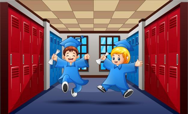 Lindos estudiantes de graduación saltando en el pasillo de la escuela