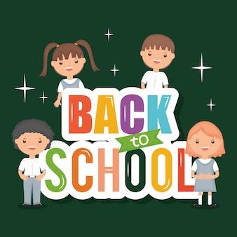 Lindos estudiantes pequeños con mensaje de regreso a la escuela