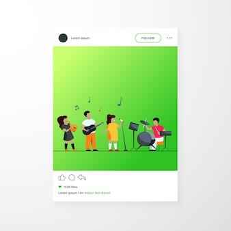 Lindos músicos jóvenes en la ilustración de vector plano del festival de música de la escuela. niños de dibujos animados tocando instrumentos musicales y cantante cantando en fiesta. concepto de entretenimiento, rendimiento y pasatiempo.