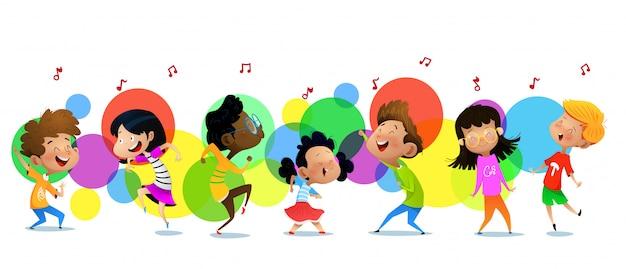 Lindos niños divertidos en estudio de danza