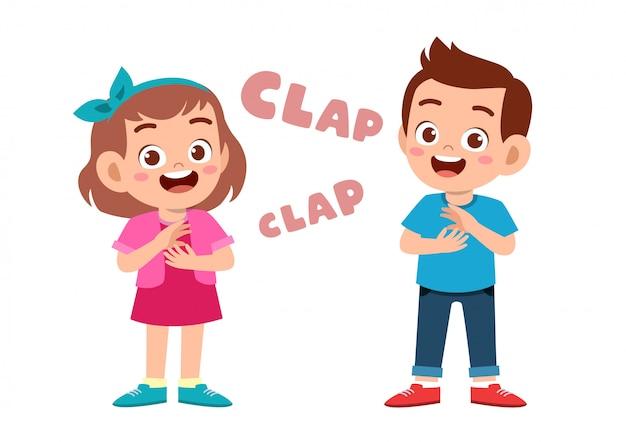 Lindos niños felices aplaudiendo