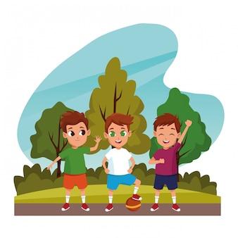 Lindos niños jugando en los dibujos animados de la naturaleza.