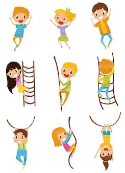 Lindos niños pequeños saltando, escalando y columpiándose con obstáculos de cuerda, ilustraciones sobre un fondo blanco.
