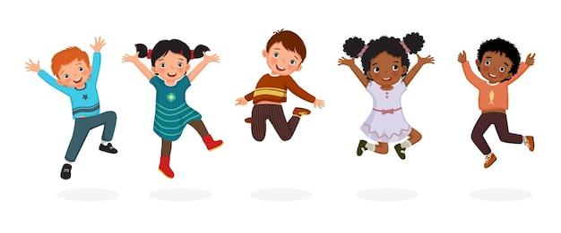 Lindos niños saltando divirtiéndose juntos