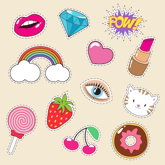 Lindos parches de moda de niña de colores. iconos de lápiz labial, arco iris, diamante y fresa