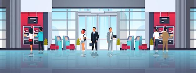 Línea de espera de personas autoservicio terminal de pago atm