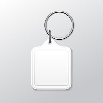 Llavero cuadrado en blanco con anillo y cadena para llave aislado sobre fondo blanco.