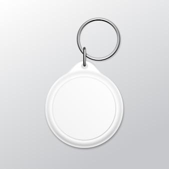 Llavero redondo en blanco con anillo y cadena para llave aislado sobre fondo blanco.
