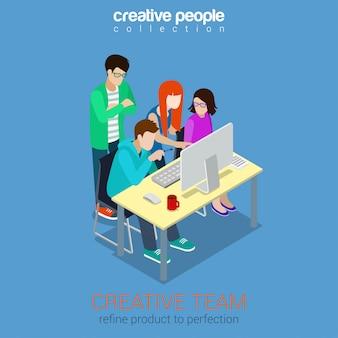Lluvia de ideas del equipo creativo concepto isométrico. proceso de trabajo del trabajo en equipo de la agencia de publicidad alrededor de la mesa con la ilustración del ordenador portátil.