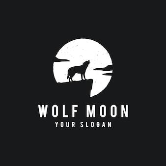 Lobo en el fondo de luna llena en estilo grunge