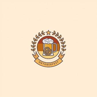 Logo festival de oktoberfest con vaso de cerveza y galleta
