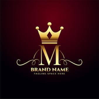 Logo de monograma de letra m con corona de oro