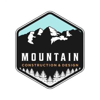 Logo de montaña al aire libre para camping y aventura.