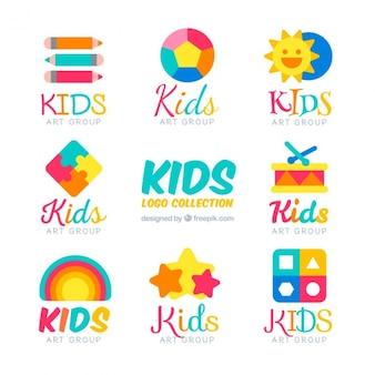 Logos de niños planos con artículos coloridos
