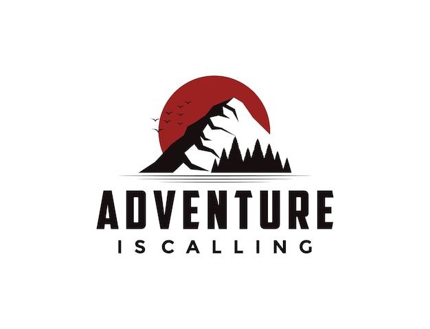 Logotipo de aventura al aire libre con sol, montaña y pinos.