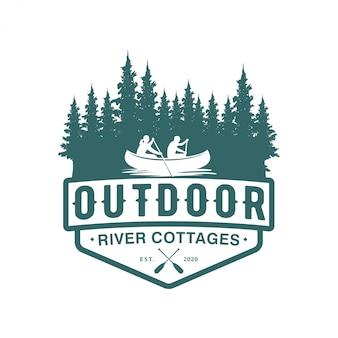 Logotipo de aventura al aire libre usando un bote de canoa en un diseño de insignia de río de bosque natural, elemento de árbol de pino.