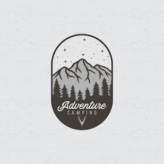Logotipo de aventura con ilustraciones de montaña y bosque