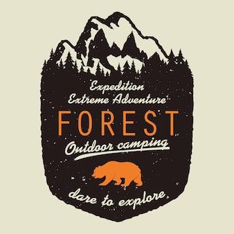 Logotipo de aventura. tipografía de expedición al aire libre, cartel con montañas y pinos.