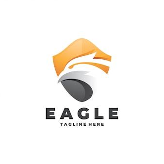 Logotipo de cabeza y escudo del águila halcón moderno