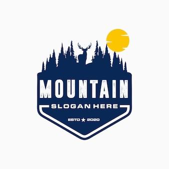 Logotipo de campamento vintage, insignia de montaña. diseño de etiquetas dibujadas a mano.