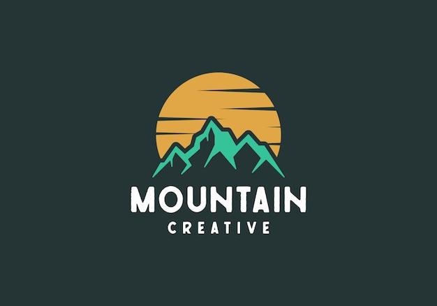 Logotipo clásico de montaña al aire libre, montaña