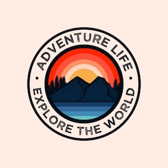 Logotipo colorido de la insignia de la montaña de la aventura