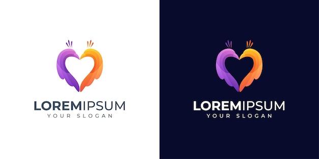 Logotipo colorido de pavo real y amor