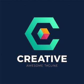 Logotipo creativo de una caja o cubo estilizado y colorido con sombra