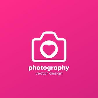 Logotipo de fotografía con cámara y corazón,