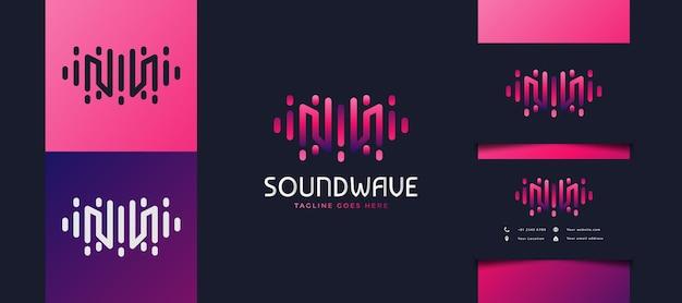 Logotipo de la letra inicial m con concepto de onda de sonido en degradado colorido, utilizable para logotipos de negocios, tecnología o estudios de música