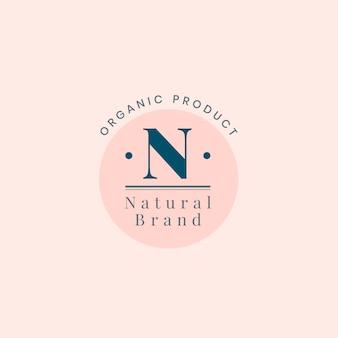 Logotipo de marca natural con diseño de placa.