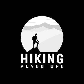 Logotipo de montaña con camping y senderismo.