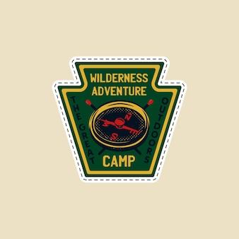 Logotipo de parche de campamento vintage, insignia de vida silvestre de montaña con brújula y fósforos