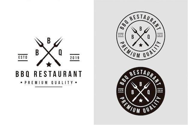 Logotipo de parrilla vintage con tenedor cruzado para barbacoa