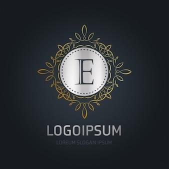Logotipo plateado con un marco dorado