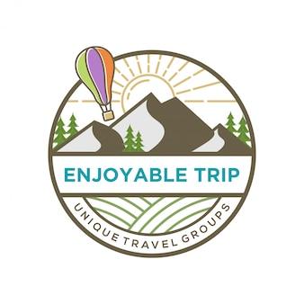 Logotipo del viajero con paisaje de montaña.