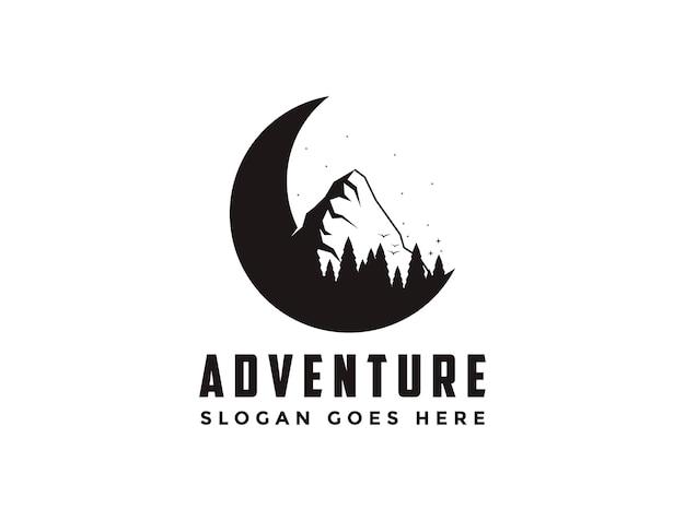 Logotipo de viajes de aventura al aire libre con media luna, montaña y pinos