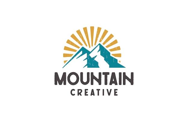 Logotipos de montaña y amanecer, ilustración vectorial en estilo retro