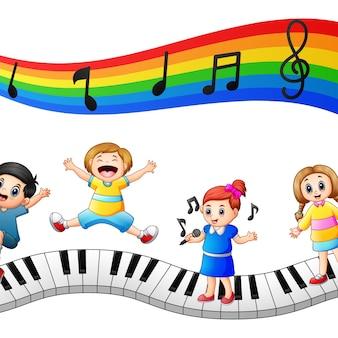 Los niños juegan juntos con notas