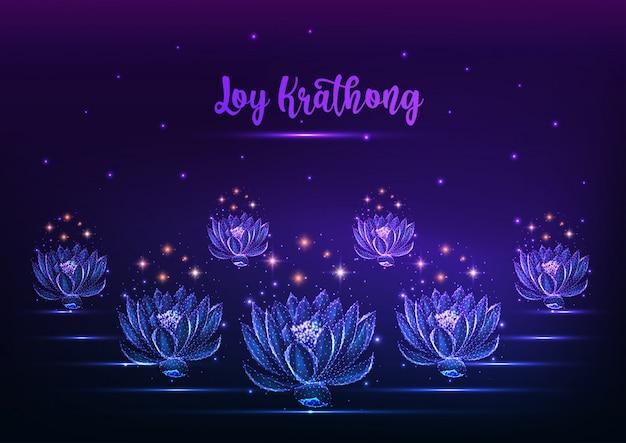 Loy krathong tai festival banner con flotantes brillantes flores de loto de baja poli en azul oscuro.