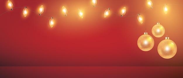 Luces de navidad y bolas de oro sobre fondo rojo garland para cartel de tarjeta de vacaciones de año nuevo