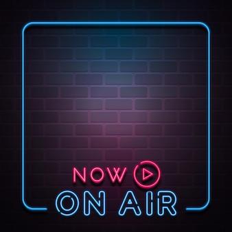 Luces de neón en el marco de podcast de aire