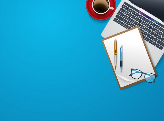 Lugar de trabajo casero con el vector plano de los dispositivos de los dispositivos. taza de café blanca cerca de tableta y pluma. ilustración de la vista superior de copyspace