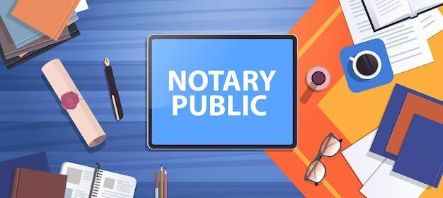 Lugar de trabajo de notario con sello heredado, documento sellado, confianza legal y bolígrafo público cerca de documentos de legalización y firma de tablet pc